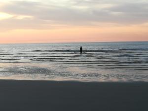 Late visser op het strand