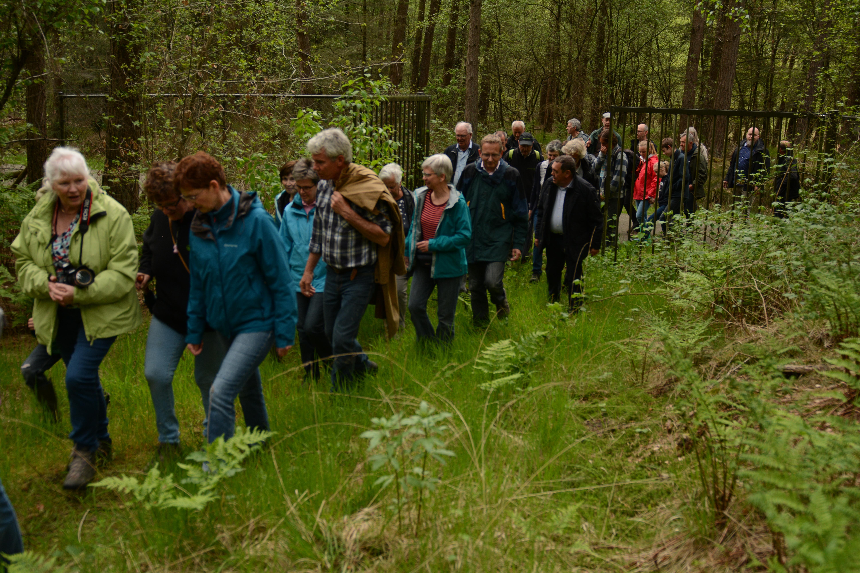 De donateurs mochten de poort openen naar het nieuwe natuurgebied. Ook nu doet Natuurpunt een beroep op de solidariteit van iedereen om deze aankoop financieel mee te ondersteunen. (Wim Verschraegen)