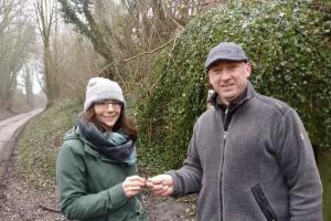 Eric Malfait ontvangt de sleutel van de bunker uit handen van Annabel Pennings (Regionaal Landschap Dijleland)